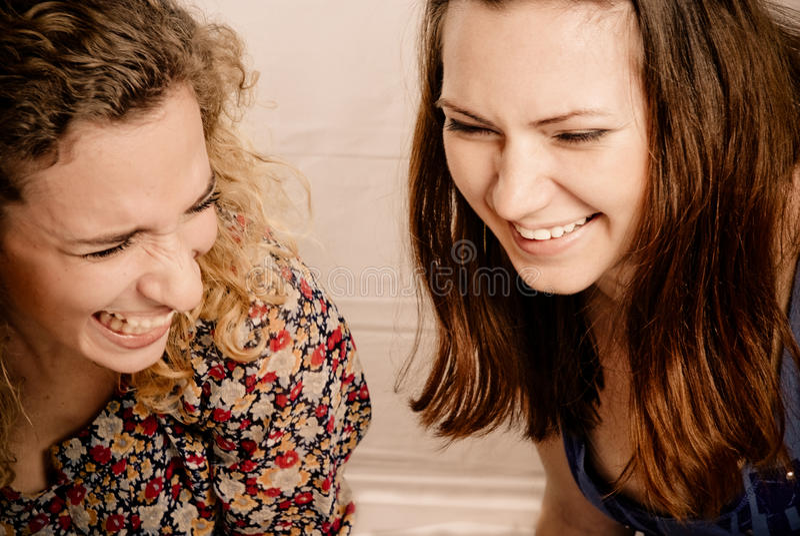 Twee meisjesvrienden die gleefully lachen royalty-vrije stock foto's