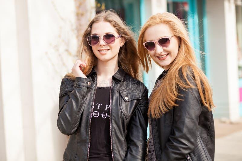 Twee meisjesvrienden die uit in de stad hangen royalty-vrije stock foto's