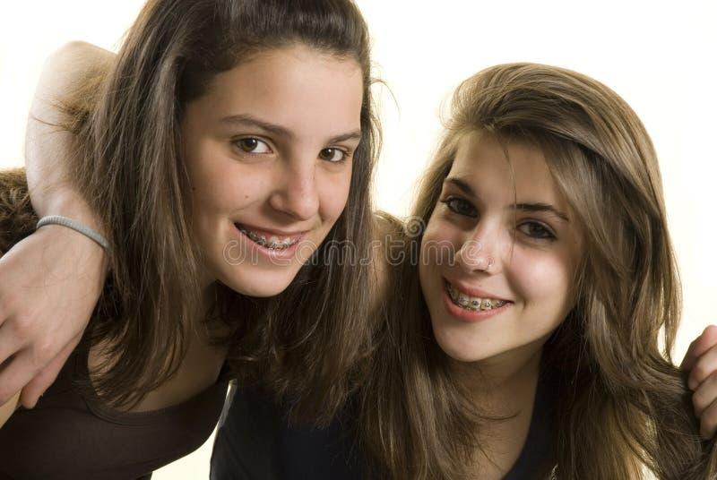Twee meisjesvrienden op een studioschot stock fotografie