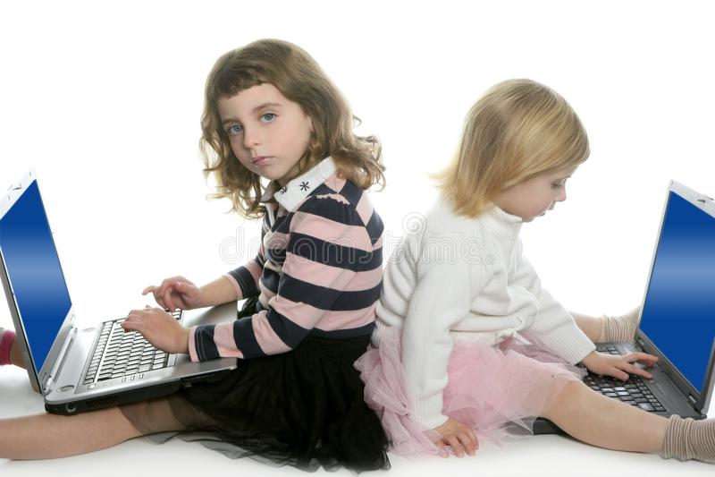 Twee meisjeszuster met computerlaptops stock afbeeldingen