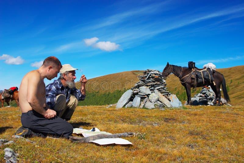 Twee mens, paard en bergen. royalty-vrije stock foto's