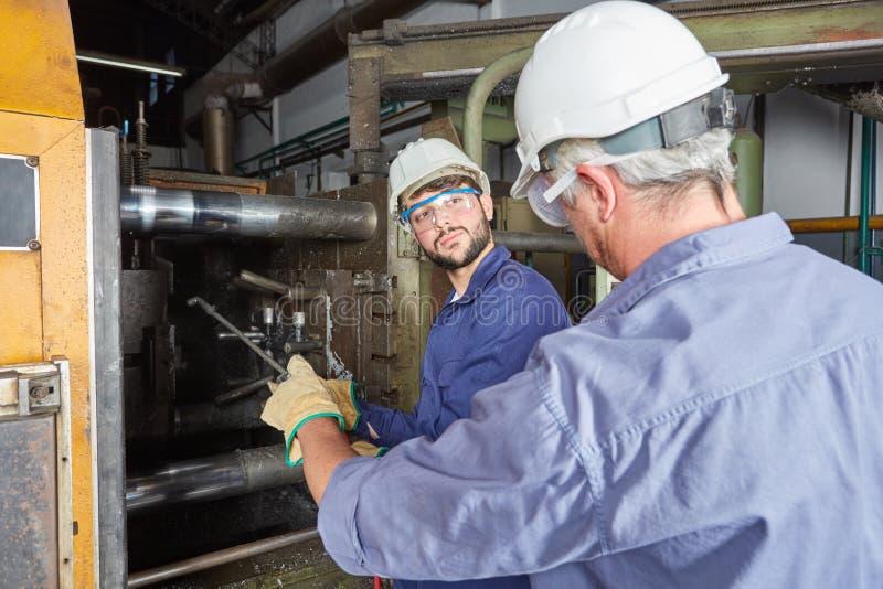 Twee mensen als arbeiders van de de industrieproductie stock foto