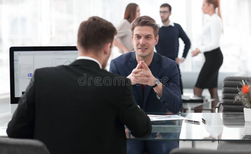 Twee mensen bespreken de groei van het bedrijf, die de het toenemen grafiek op het computerscherm bekijken stock fotografie