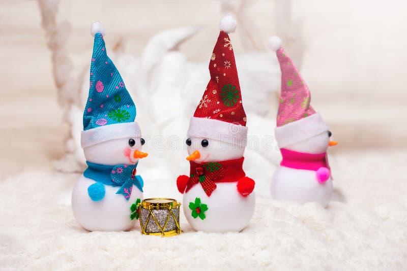 Twee mensen communiceren en het derde wordt beledigd Kerstmis en Nieuwjaar snowmen_ stock foto