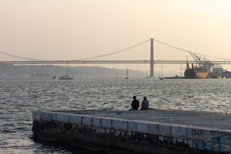 Twee Mensen in de Pijler in de Tagus-Rivier stock afbeeldingen