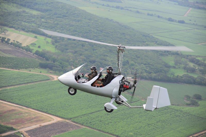 Twee mensen die in autogiro vliegen stock afbeeldingen