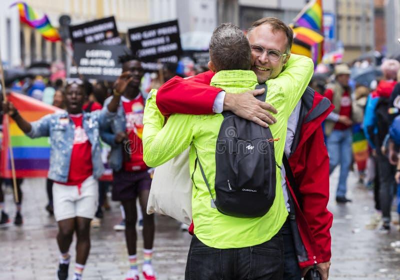 Twee mensen die bijwonend de Gay Pride-parade ook koesteren die als Christopher Street Day-CDD in München, Duitsland wordt bekend stock afbeelding