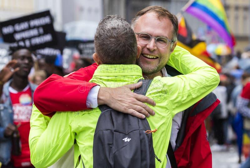 Twee mensen die bijwonend de Gay Pride-parade ook koesteren die als Christopher Street Day-CDD in München, Duitsland wordt bekend royalty-vrije stock fotografie
