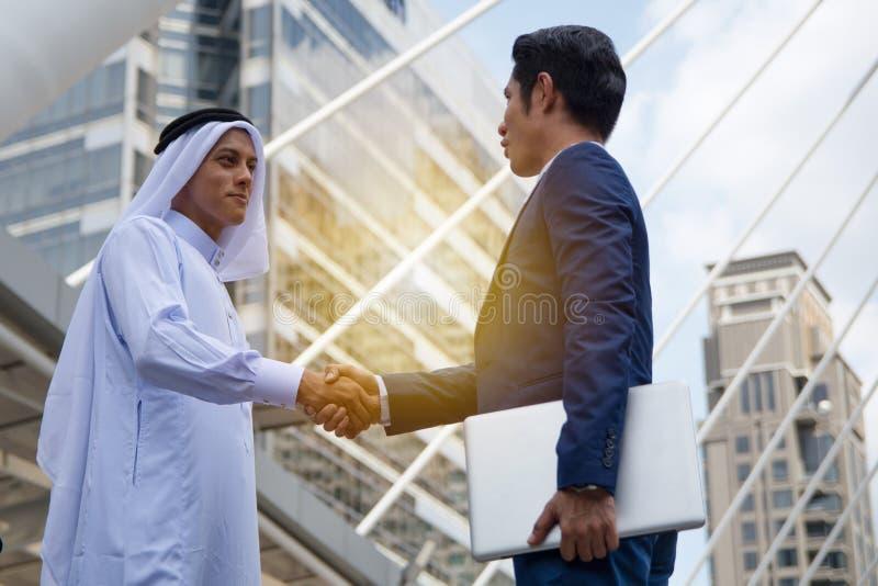 Twee mensen die hand voor transactie schudden royalty-vrije stock foto