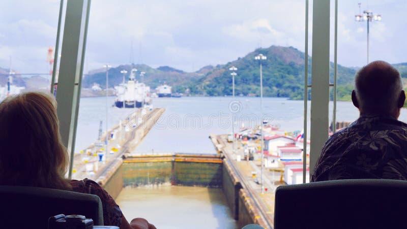 Twee mensen die het Kanaal van Panama op Kruising letten royalty-vrije stock fotografie