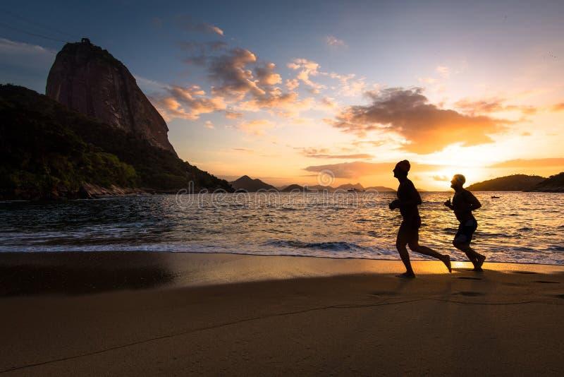 Twee Mensen die in het Strand lopen stock foto