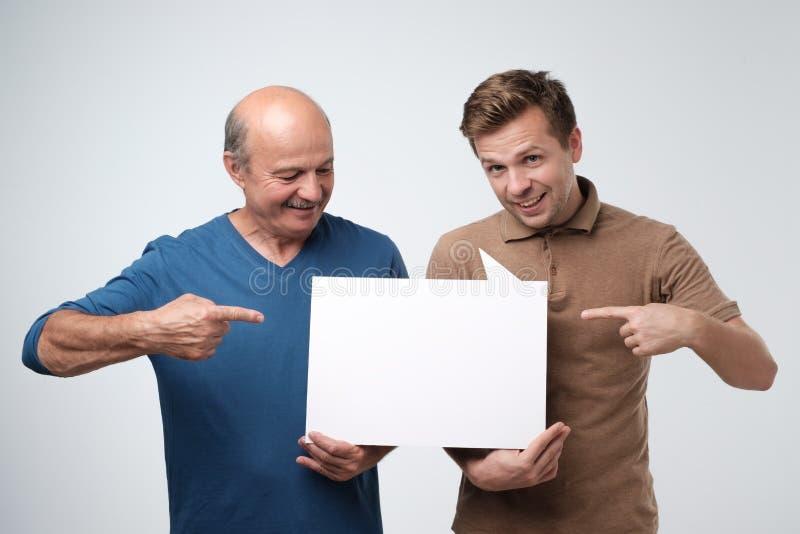 Twee mensen die lege copyspace voor advertentie tonen royalty-vrije stock fotografie