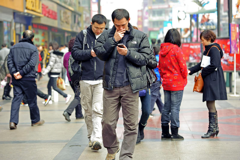 Twee mensen die mobiele telefoon met behulp van stock fotografie