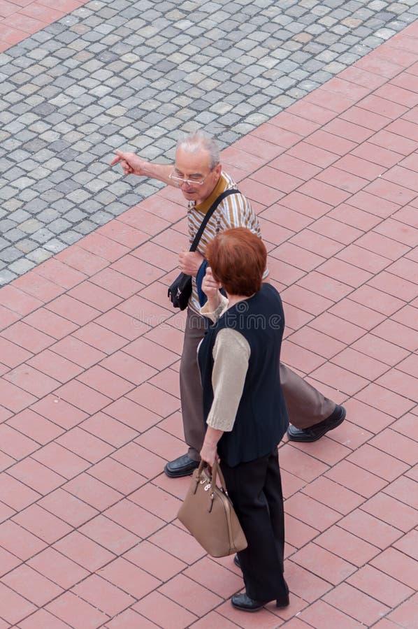 Twee mensen die op de straat spreken royalty-vrije stock fotografie