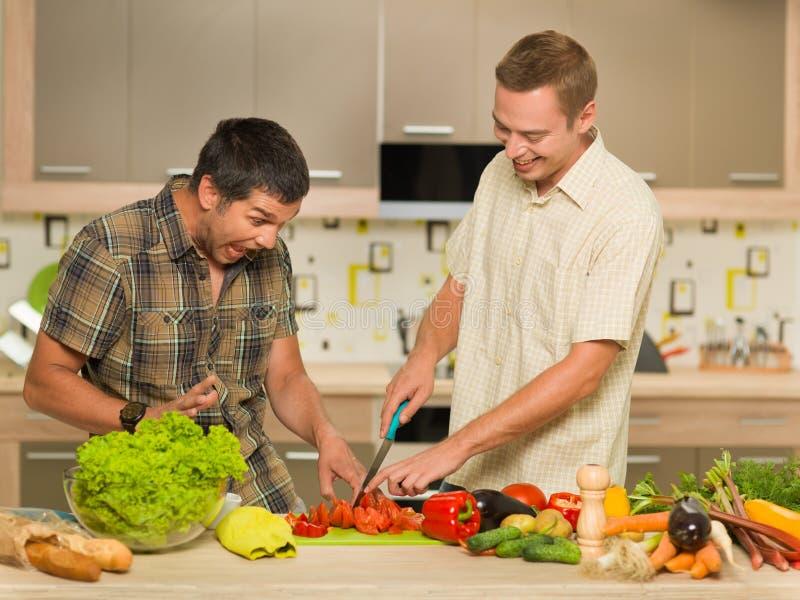 Twee mensen die pret in keuken hebben royalty-vrije stock foto