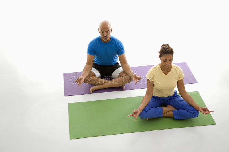 Twee mensen die yoga uitoefenen. royalty-vrije stock foto