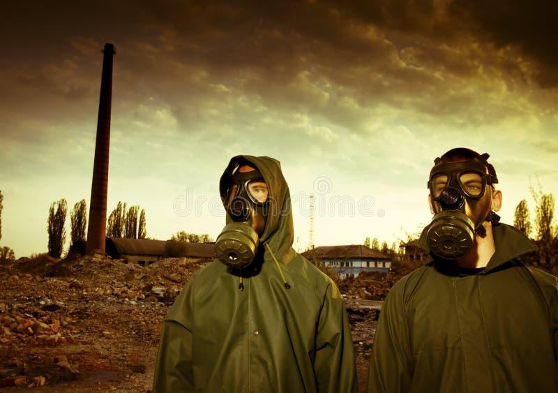 Twee mensen in gasmaskers royalty-vrije stock foto