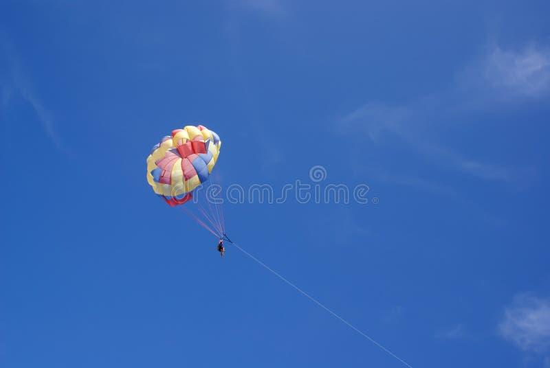 Twee mensen glijden met een valscherm tegen de blauwe hemel Selectieve nadruk royalty-vrije stock foto's