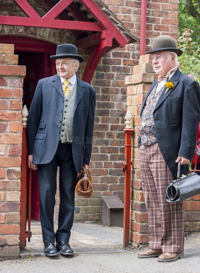 Twee mensen kleedden zich in Victoriaanse kleren stock foto's