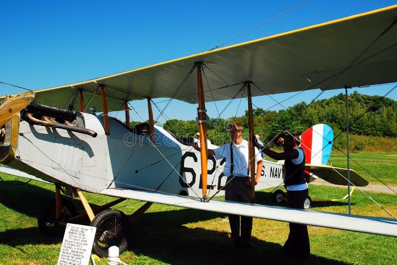 Twee mensen onderzoeken een Curtiss JN 4H2 royalty-vrije stock fotografie