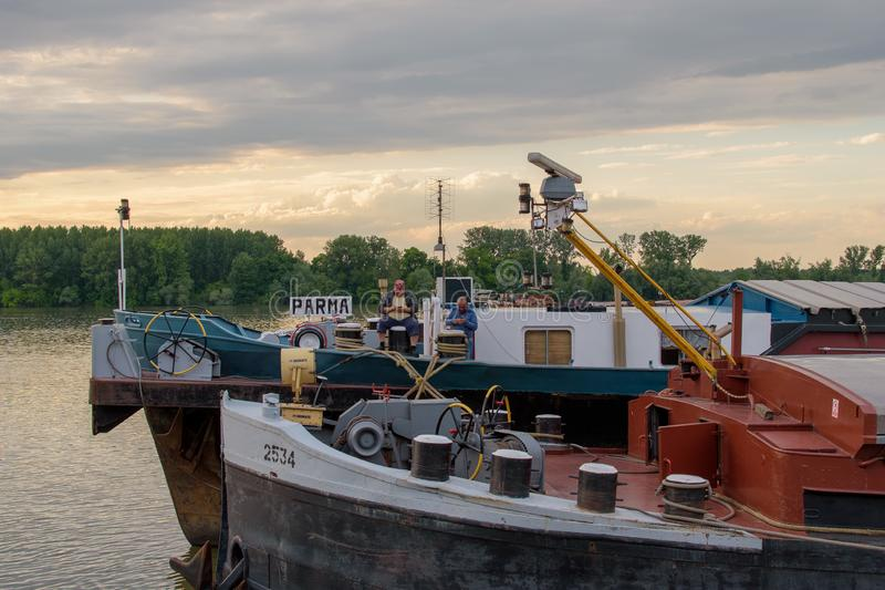 Twee Mensen op een Boot op de Rivier royalty-vrije stock fotografie
