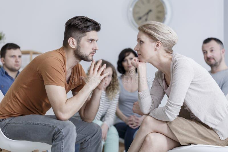 Twee mensen tijdens psychotherapie stock afbeelding
