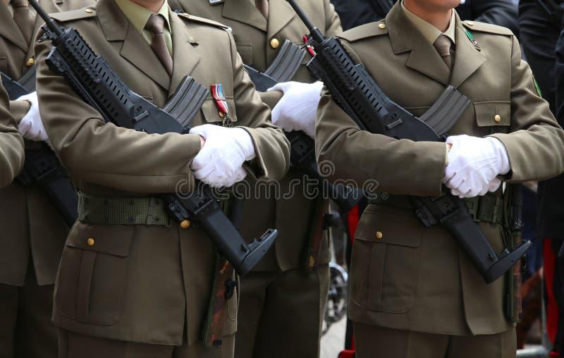 twee mensen in volledige eenvormige Alpiene Italiaanse Bergtroepen tijdens Th royalty-vrije stock foto