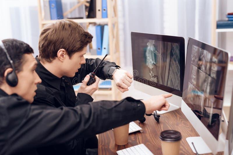 Twee mensen werken als wachten stock afbeelding