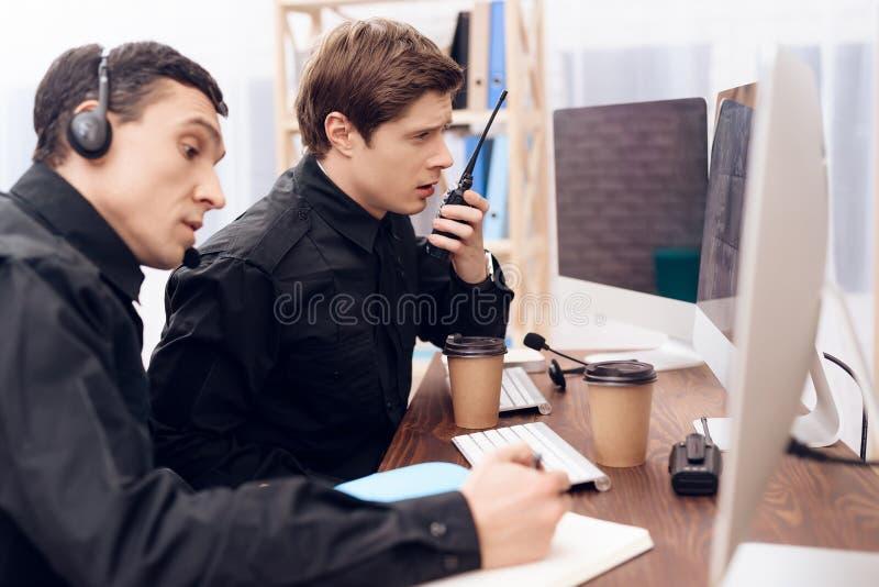 Twee mensen werken als wachten stock fotografie
