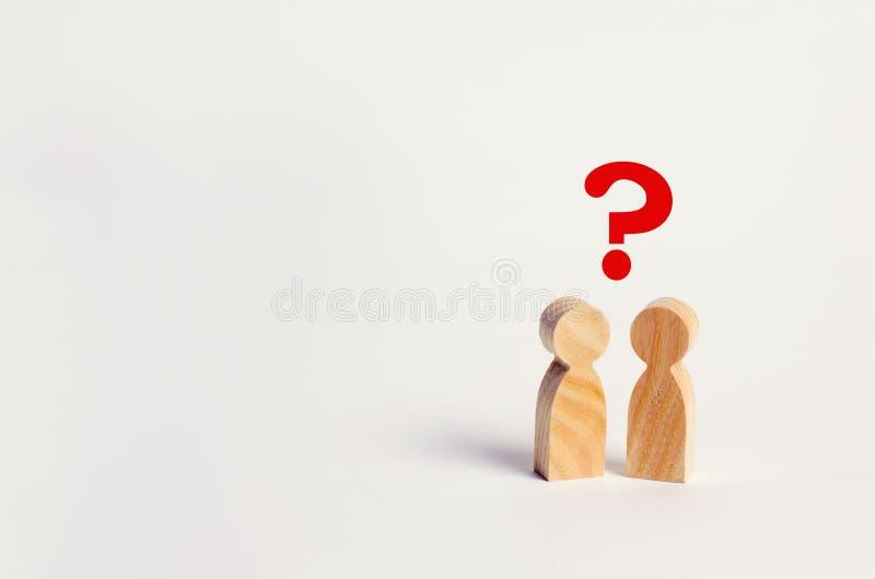 Twee mensen zoeken een antwoord aan een vraag, overleg, bespreking, bespreking familiepsychotherapie, vraag tussen p stock foto