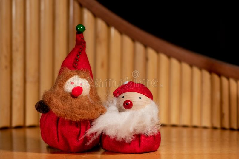 Twee met de hand gemaakte marionetten van dwergen met baarden royalty-vrije stock fotografie