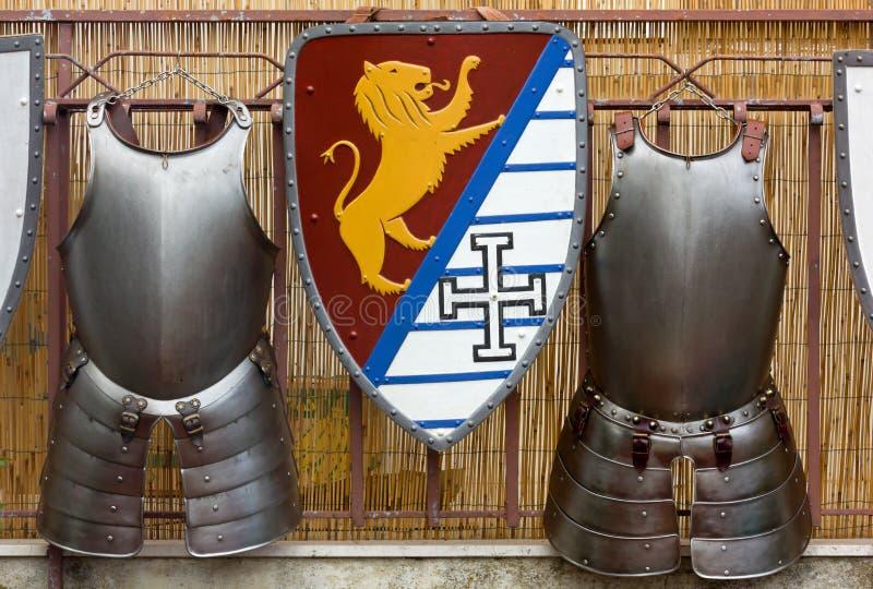 Twee Middeleeuwse Pantsers en een Schild stock afbeeldingen