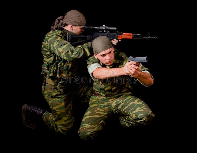 Twee militairen in camouflage eenvormig met wapen royalty-vrije stock foto