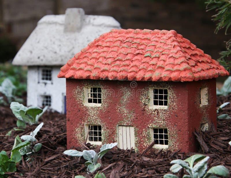 Twee miniatuurhuizen is een tuin stock afbeelding