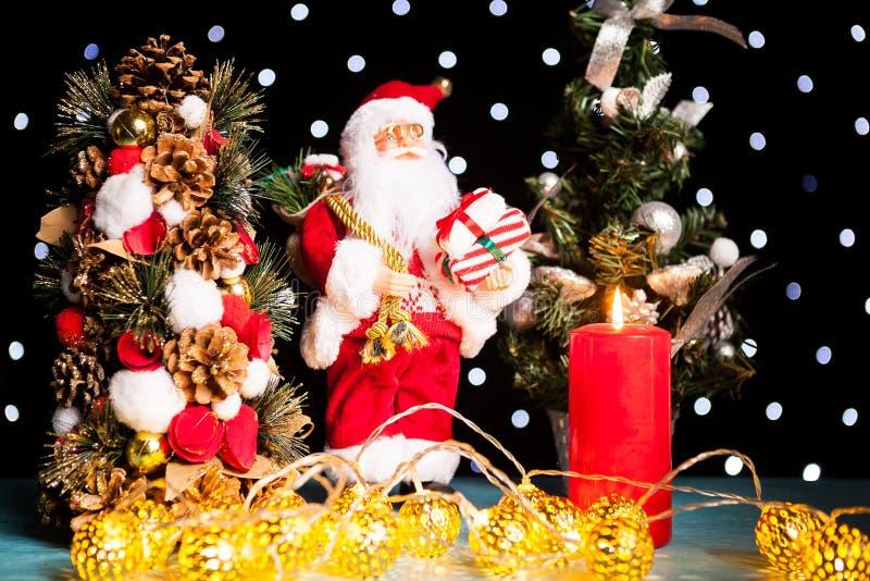 Twee minikerstmisbomen en een beeldje van de Kerstman stock afbeeldingen
