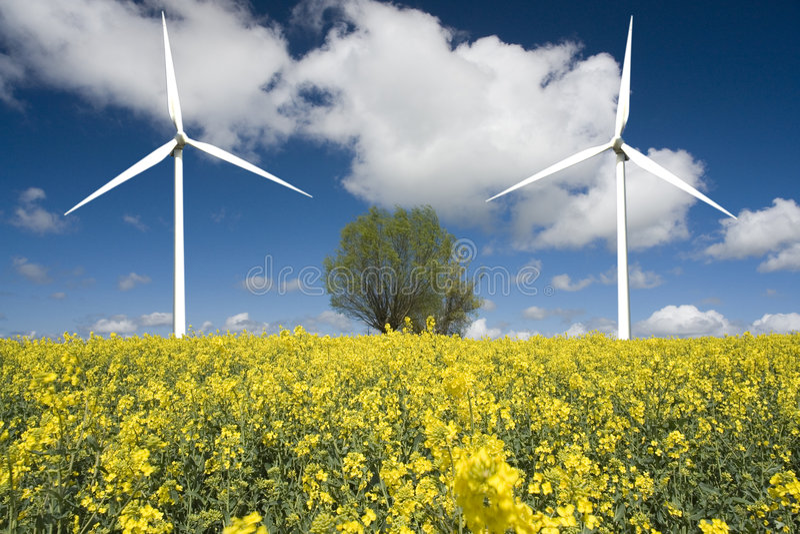 twee moderne windmolens royalty-vrije stock foto's