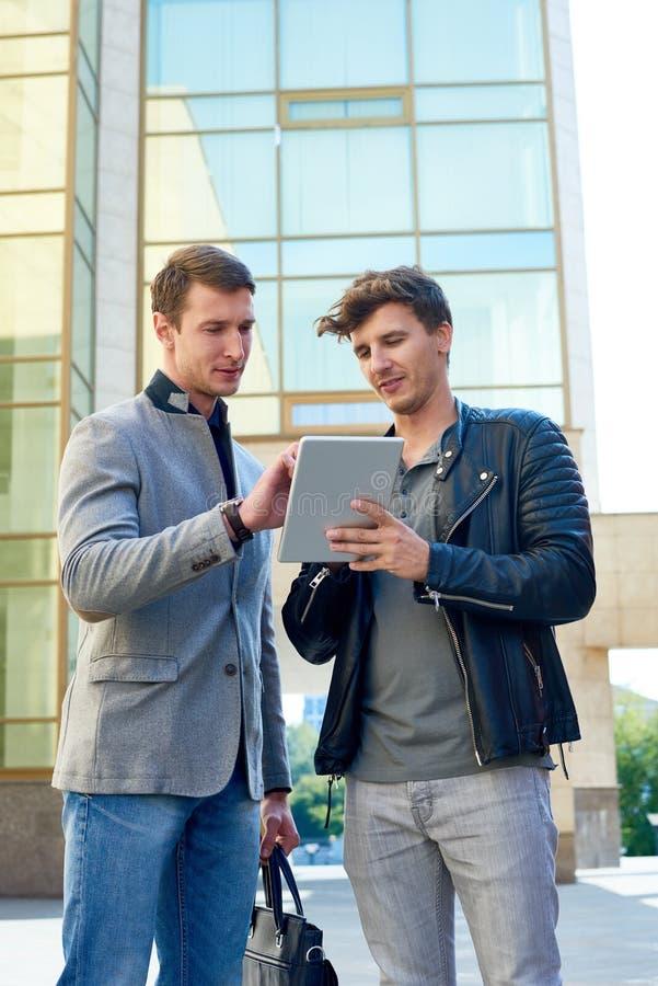 Twee Moderne Zakenlieden die Digitale tablet gebruiken royalty-vrije stock foto's