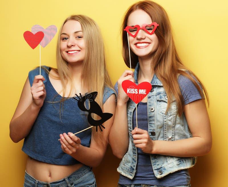 Twee modieuze sexy beste vrienden van hipstermeisjes klaar voor partij stock foto's
