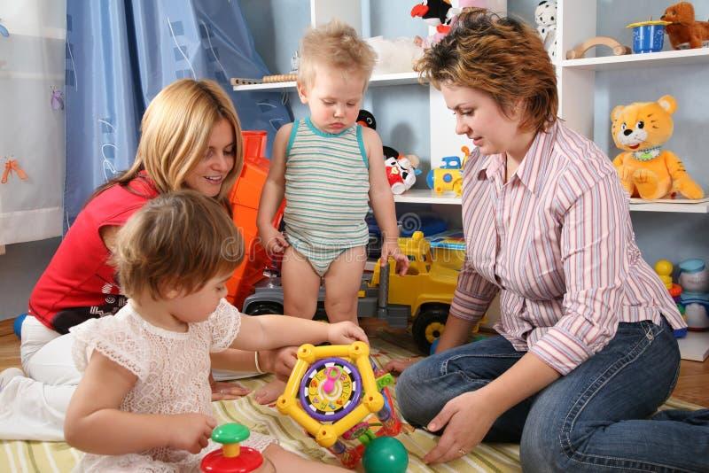 Twee moeders en kinderen stock fotografie