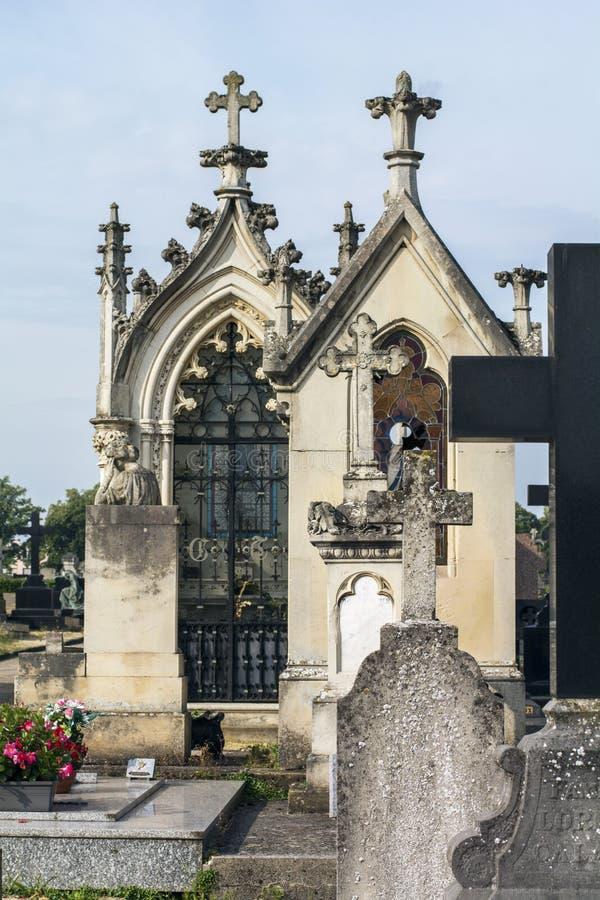 Twee monumenten met kruisen op de begraafplaats royalty-vrije stock foto's