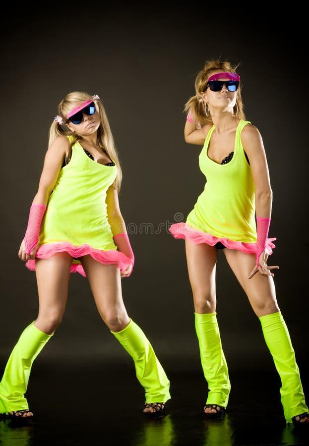 Twee mooi dansersmeisje in groene kostuums stock fotografie