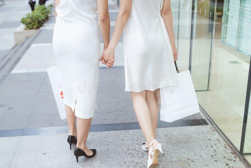 Twee mooi meisjesvenster die in de stad winkelen royalty-vrije stock foto