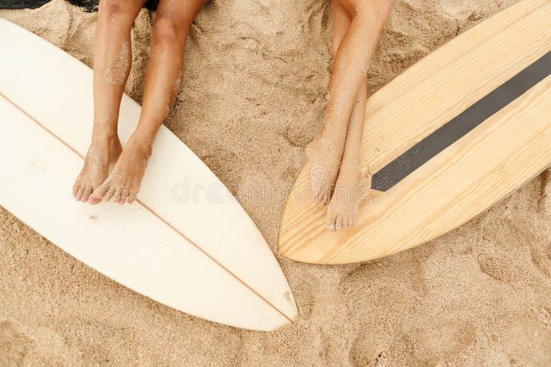 Twee mooi sportief surfermeisje bij het strand royalty-vrije stock fotografie