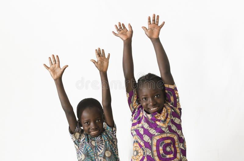 Twee mooie Afrikaanse kinderen die en pret spelen hebben door te tonen royalty-vrije stock foto's