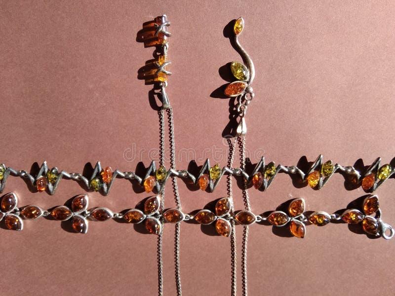 Twee mooie armbanden en halsband twee stock afbeeldingen