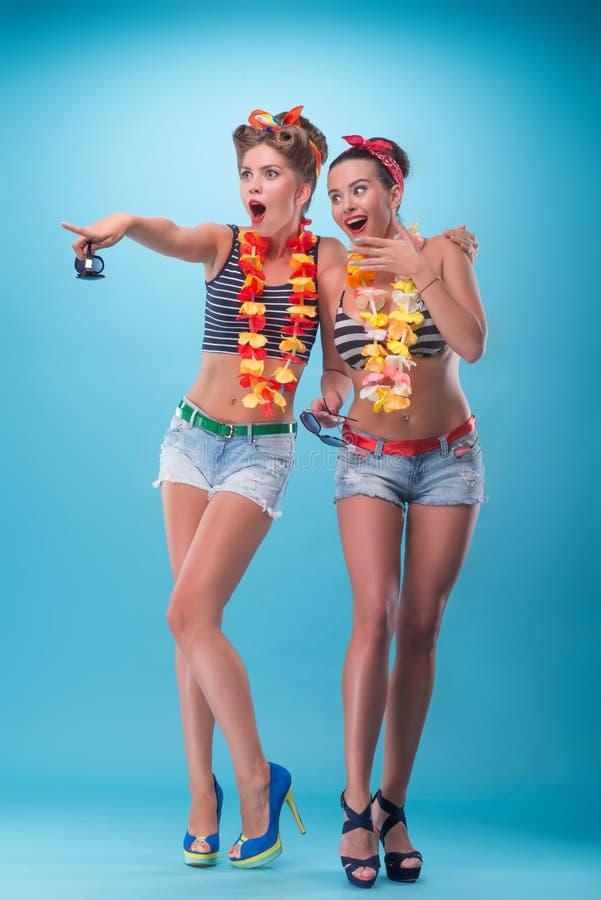 Twee mooie emotionele meisjes in pinupstijl royalty-vrije stock afbeeldingen