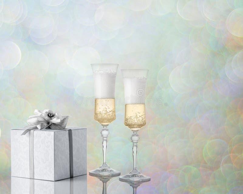 Twee mooie glazen champagne met een gift stock fotografie