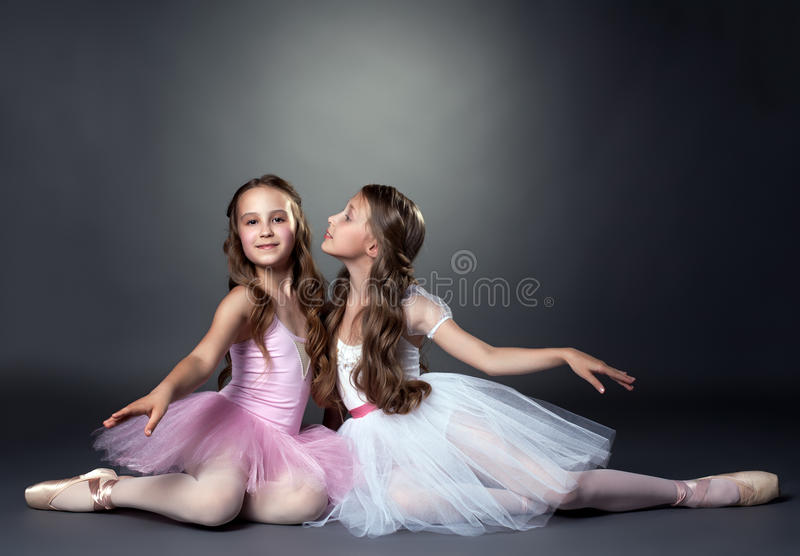 Twee mooie jonge ballerina's die bij camera stellen stock afbeelding