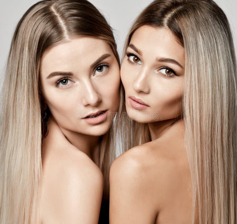 Twee mooie jonge Europese van zustersvrienden of meisjes vrouwen met schone naakte huid en goed-verzorgd haar stock foto's