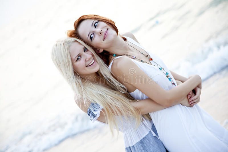 Twee mooie jonge meisjes op het strand royalty-vrije stock afbeeldingen